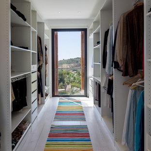 Neutraler, Großer Mediterraner Begehbarer Kleiderschrank mit offenen Schränken und weißen Schränken in Barcelona