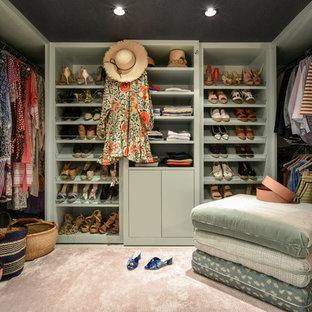 Ispirazione per una cabina armadio per donna chic con ante lisce, ante verdi, moquette e pavimento beige