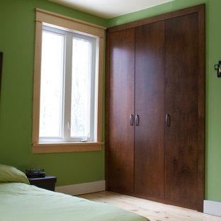 Esempio di uno spazio per vestirsi unisex stile americano di medie dimensioni con ante lisce, ante in legno bruno e parquet chiaro