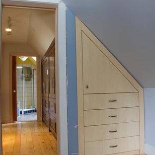 Foto di un piccolo spazio per vestirsi unisex stile americano con ante lisce, ante in legno chiaro e parquet chiaro