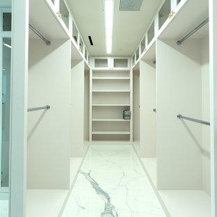 Aménagement d'un très grand dressing moderne neutre avec un placard à porte shaker, des portes de placard blanches, un sol en carrelage de porcelaine et un sol jaune.