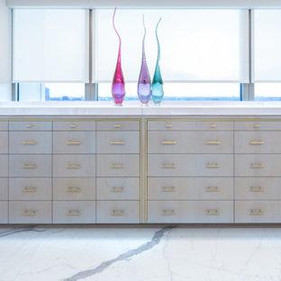 ヒューストンの巨大な男女兼用モダンスタイルのおしゃれなウォークインクローゼット (シェーカースタイル扉のキャビネット、白いキャビネット、磁器タイルの床、黄色い床) の写真