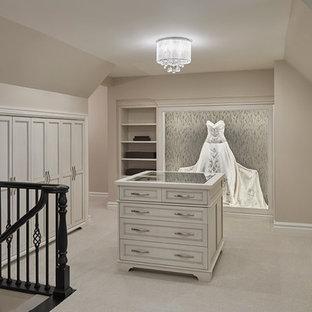 Ispirazione per un'ampia cabina armadio per donna classica con ante con riquadro incassato, ante bianche e moquette