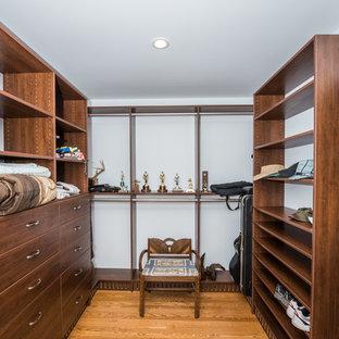 Idee per una grande cabina armadio unisex american style con nessun'anta, ante marroni e pavimento marrone