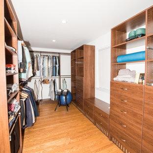 Ispirazione per una grande cabina armadio unisex contemporanea con nessun'anta, ante marroni e pavimento marrone