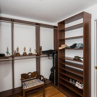 Diseño de armario vestidor unisex, contemporáneo, grande, con armarios abiertos, puertas de armario marrones y suelo marrón