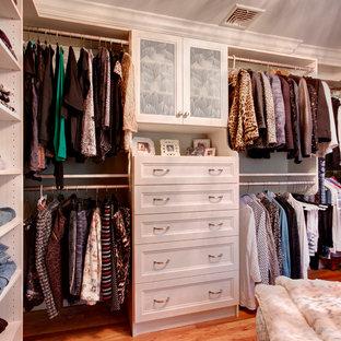 Inspiration för ett stort vintage walk-in-closet för kvinnor, med ljust trägolv, beiget golv, luckor med infälld panel och skåp i ljust trä