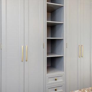Inspiration för ett mellanstort vintage omklädningsrum för könsneutrala, med luckor med profilerade fronter, grå skåp, mörkt trägolv och brunt golv