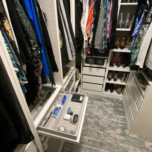 小さい男女兼用トランジショナルスタイルのおしゃれな収納・クローゼット (オープンシェルフ、白いキャビネット、カーペット敷き、青い床) の写真