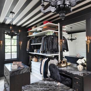 Foto di uno spazio per vestirsi unisex design con ante con riquadro incassato, ante nere, moquette e pavimento beige