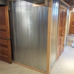 Foto di una cabina armadio unisex industriale di medie dimensioni con pavimento in cemento