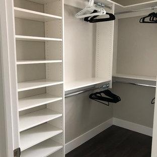 Idee per uno spazio per vestirsi unisex moderno di medie dimensioni con nessun'anta, ante bianche, pavimento in gres porcellanato e pavimento nero