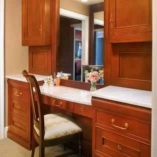 Inspiration för stora klassiska omklädningsrum, med luckor med profilerade fronter, skåp i mellenmörkt trä och heltäckningsmatta