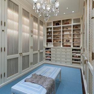 Bild på ett stort vintage walk-in-closet för kvinnor, med luckor med infälld panel, vita skåp, mörkt trägolv och blått golv