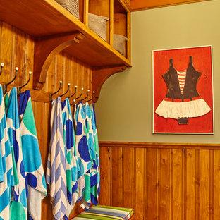 Esempio di una grande cabina armadio unisex american style con ante con bugna sagomata, ante in legno scuro e pavimento in gres porcellanato