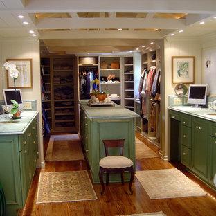 Modelo de armario vestidor unisex, tradicional, grande, con armarios con paneles con relieve, puertas de armario con efecto envejecido y suelo de madera en tonos medios