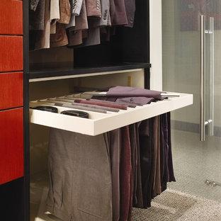 Imagen de armario vestidor unisex, actual, grande, con armarios con paneles lisos, puertas de armario rojas, moqueta y suelo beige