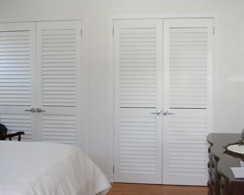 Armoires et dressings avec un placard porte persienne et un sol en bois brun photos et id es for Placard persienne bois