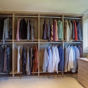 Inspiration pour un grand dressing traditionnel neutre avec un placard à porte plane, des portes de placard en bois clair et moquette.