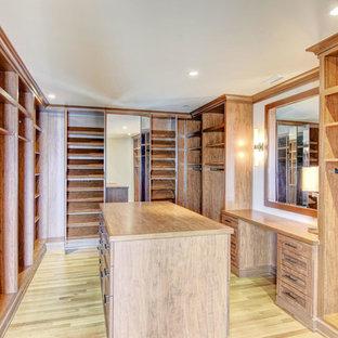 Idee per una grande cabina armadio unisex american style con ante in stile shaker, ante in legno chiaro, parquet chiaro e pavimento beige