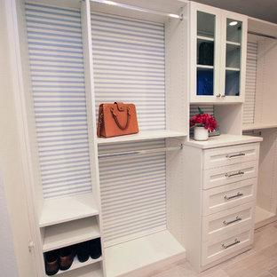 Ispirazione per una piccola cabina armadio unisex moderna con nessun'anta, ante in legno chiaro e pavimento in gres porcellanato