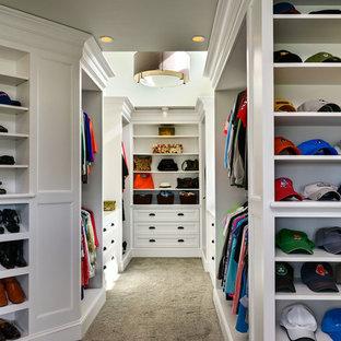 Foto de armario vestidor unisex, marinero, grande, con armarios abiertos, puertas de armario blancas y moqueta