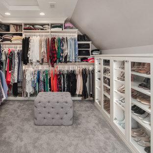 Ejemplo de armario y vestidor de mujer, tradicional, con armarios tipo vitrina, puertas de armario blancas, moqueta y suelo gris