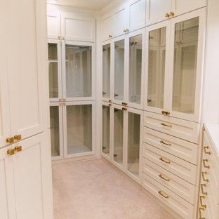 Diseño de armario vestidor de mujer, ecléctico, pequeño, con armarios tipo vitrina, puertas de armario blancas, moqueta y suelo beige