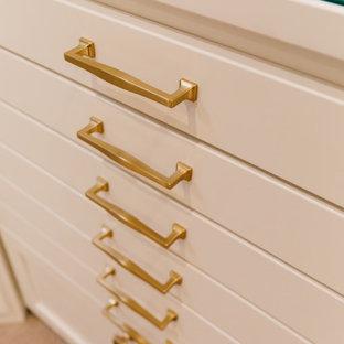 Imagen de armario vestidor de mujer, ecléctico, pequeño, con armarios tipo vitrina, puertas de armario blancas, moqueta y suelo beige