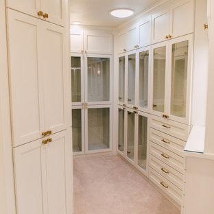 シアトルの小さい女性用エクレクティックスタイルのおしゃれなウォークインクローゼット (ガラス扉のキャビネット、白いキャビネット、カーペット敷き、ベージュの床) の写真