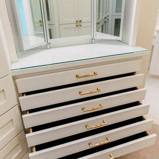 Modelo de armario vestidor de mujer, bohemio, pequeño, con armarios tipo vitrina, puertas de armario blancas, moqueta y suelo beige