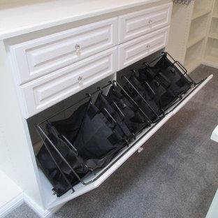 Modelo de armario vestidor unisex, clásico, grande, con armarios con paneles con relieve, puertas de armario blancas, moqueta y suelo gris