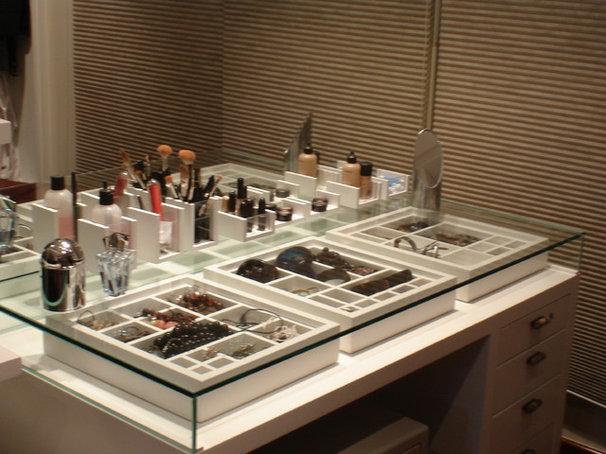 Contemporary Closet by Atelier de Projetos Arquitetura e Design