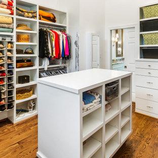 Ejemplo de armario vestidor abovedado, tradicional renovado, grande, con suelo de madera en tonos medios y suelo marrón
