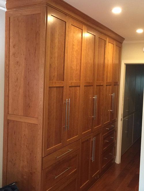 Placards dressing avec des portes de placard en bois brun for Porte manteau contemporain bois