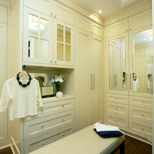 トロントの中くらいの女性用トラディショナルスタイルのおしゃれなウォークインクローゼット (白いキャビネット、シェーカースタイル扉のキャビネット、濃色無垢フローリング) の写真