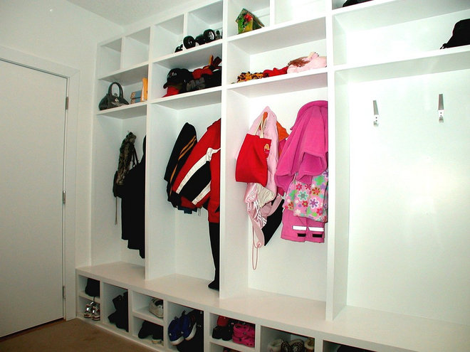 Contemporary Closet by Jerry Bussanmas