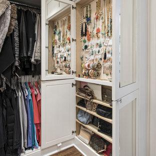 Exempel på ett stort klassiskt omklädningsrum för kvinnor, med luckor med infälld panel, vita skåp och mellanmörkt trägolv