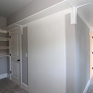 Ispirazione per un'ampia cabina armadio unisex chic con nessun'anta, ante bianche e moquette