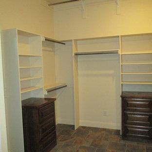 Imagen de armario vestidor unisex, rural, grande, con armarios con paneles con relieve, puertas de armario de madera en tonos medios, suelo de pizarra y suelo multicolor