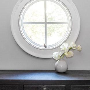 トロントの中くらいの男女兼用コンテンポラリースタイルのおしゃれなフィッティングルーム (フラットパネル扉のキャビネット、黒いキャビネット、濃色無垢フローリング、茶色い床) の写真