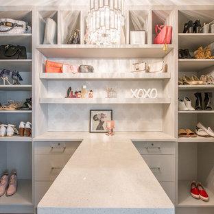 エドモントンの小さい女性用トランジショナルスタイルのおしゃれなウォークインクローゼット (フラットパネル扉のキャビネット、グレーのキャビネット、クッションフロア、グレーの床) の写真
