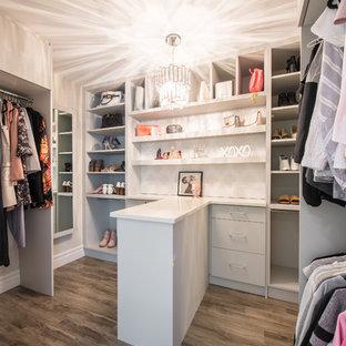Esempio di una piccola cabina armadio per donna classica con ante lisce, ante grigie, pavimento in vinile e pavimento grigio