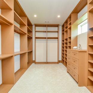 Foto de armario y vestidor de mujer, extra grande, con armarios con paneles lisos, puertas de armario beige, moqueta y suelo beige