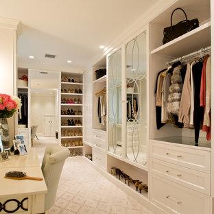 Ispirazione per un grande spazio per vestirsi unisex chic con ante con riquadro incassato, ante bianche, moquette e pavimento beige