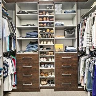 Modelo de armario y vestidor unisex, vintage, de tamaño medio, con armarios con paneles lisos, puertas de armario de madera en tonos medios, suelo de baldosas de cerámica y suelo gris