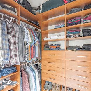 Modelo de armario vestidor clásico renovado, de tamaño medio, con armarios con paneles lisos, puertas de armario de madera oscura, suelo de linóleo y suelo beige