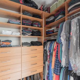 Diseño de armario vestidor clásico renovado, de tamaño medio, con armarios con paneles lisos, puertas de armario de madera oscura, suelo de linóleo y suelo beige