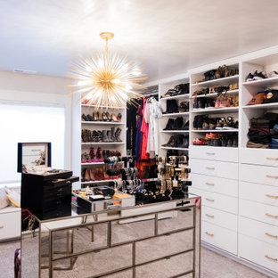 Modelo de armario vestidor de mujer, de estilo americano, grande, con armarios abiertos, puertas de armario blancas, moqueta y suelo gris