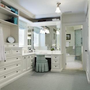 Foto di uno spazio per vestirsi classico con ante bianche